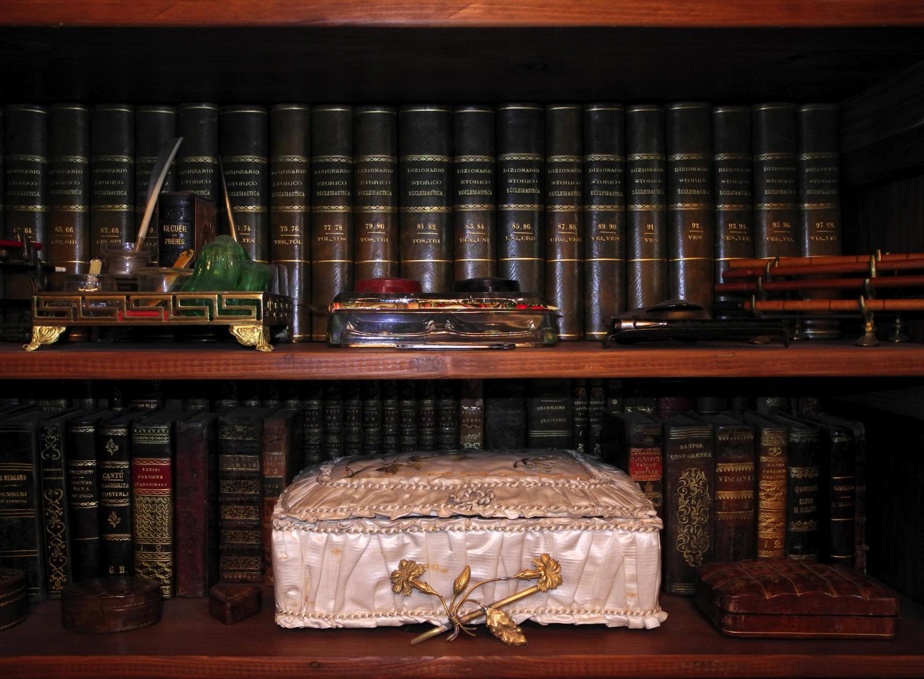 La mano sullo scaffale libreria brac - La mano sullo specchio ...