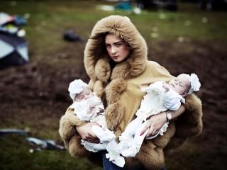 Debbie O'Donoughe con i gemelli, 2014 © Mattia Zoppellaro/Contrasto